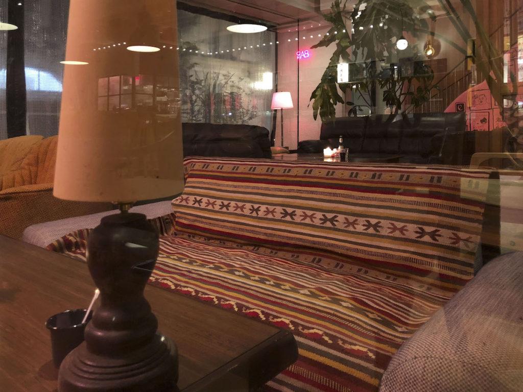 落ち着いた雰囲気の中でカフェごはんや、夜カフェも楽しめる「ニューラフレア」
