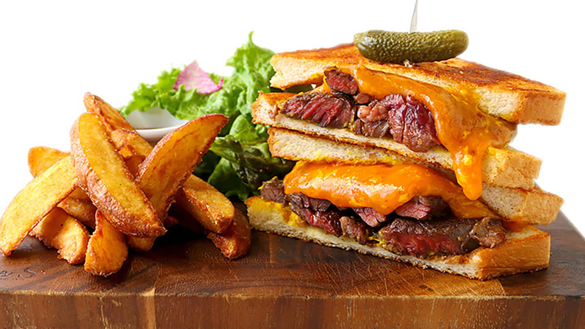 BBQビーフステーキとチェダーチーズのサンド
